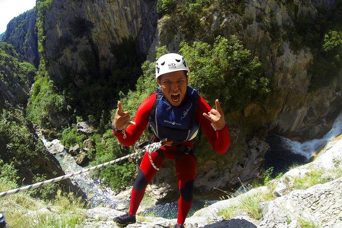 Auf dem Fluss Cetina von Omiš aus ist das Canyoning fortgeschritten