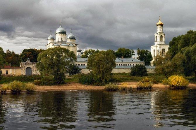 Veliky Novgorod: Private Tour to Yuriev Monastery and ''Vitoslavlitsi'' Museum