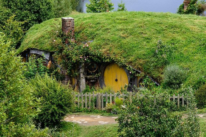 Hobbiton Movie Set & Glow-Worm Cave Tour from Auckland (Return Trip)