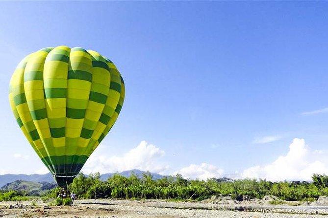 Vuelo en globo aerostático sobre la región del café colombiano