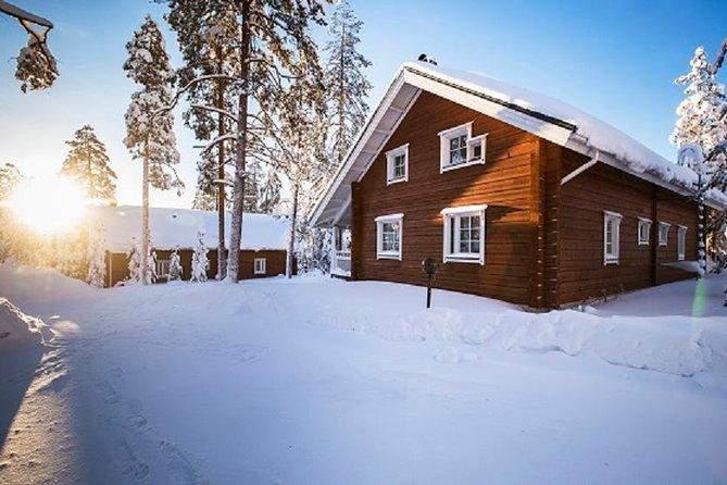 Höstmiddag i en vildmarkstuga vid sjön i Rovaniemi