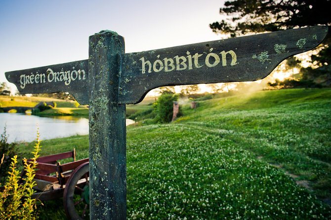 Auckland to Waitomo Caves and Hobbiton Movie Set Private Tour