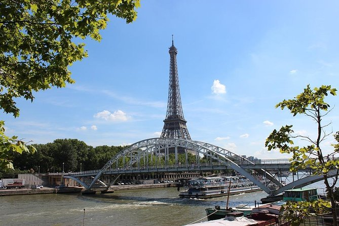 Dinner on a boat at 18:00 with a cruise on the Seine