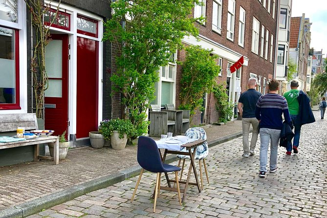 Explore hidden streets with friends