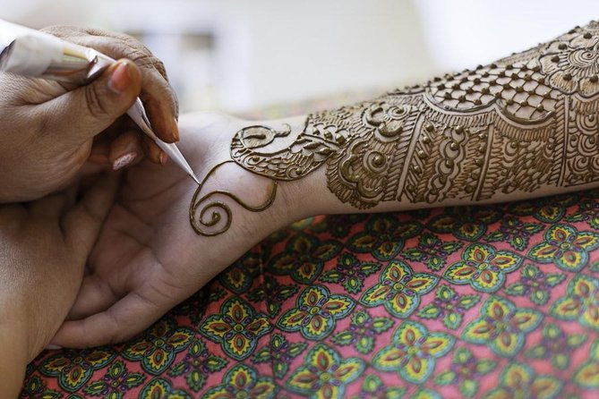 ARTISTIC MOROCCO: Traditional Henna Art Tattoo with a local Berber lady
