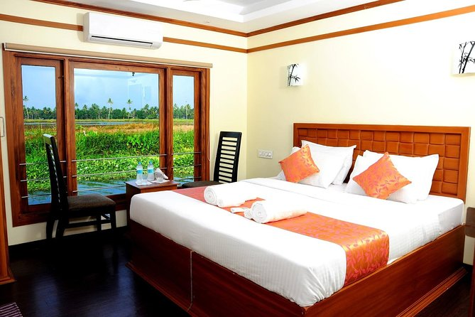 Kerala tour with treehouse and private houseboat stay