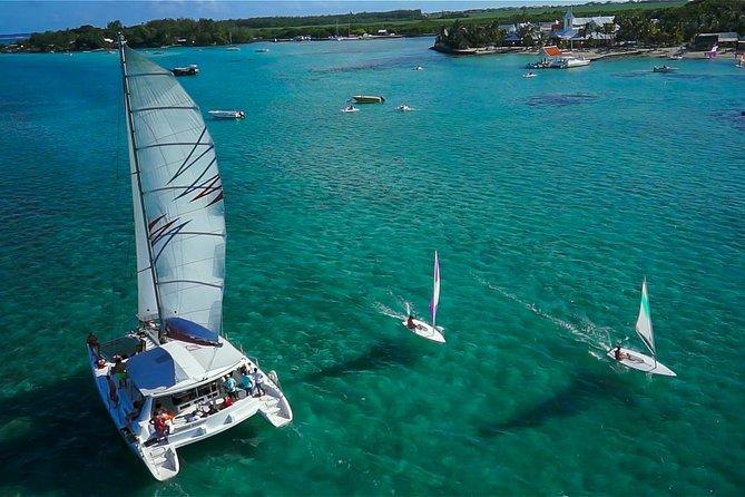 Ganztägige Bootstour mit dem Katamaran: Île aux Cerfs mit Barbecue-Mittagessen