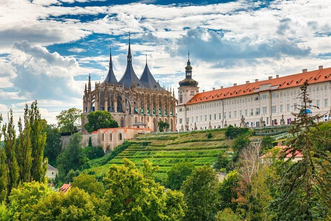 Transfer from Prague to Kutna Hora: Private Sightseeing daytrip with 2 stops
