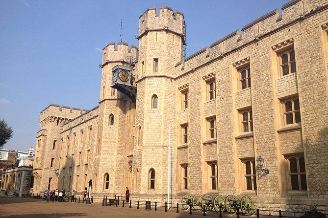 London Super Saver: koninklijke wandeling naar de Tower of London en de wisseling van de wacht plus de bezienswaardigheden van Londen met een afternoon tea
