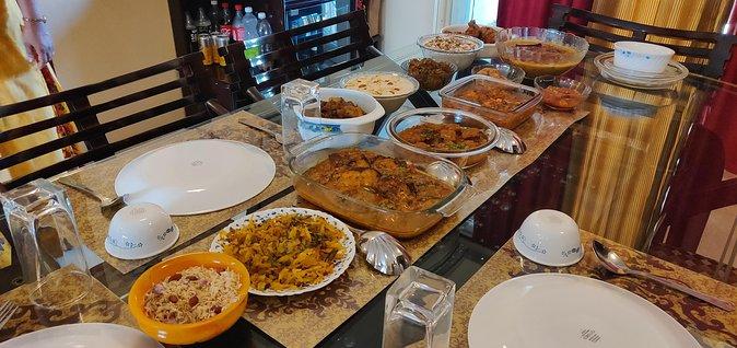 Saiba mais sobre comida indiana com uma sessão de cozinhar e jantar em Mumbai