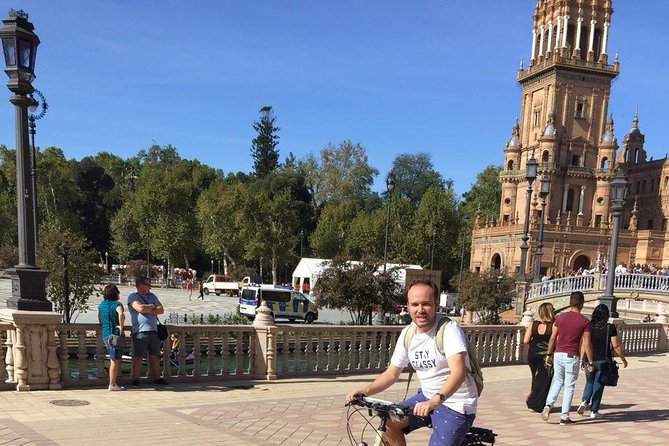 Bicycle tour with guide of the monumental area of Seville