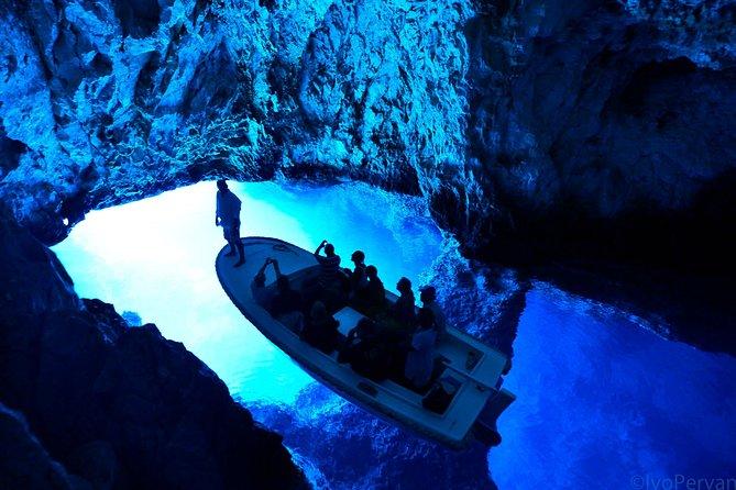 Voyage en hors-bord jusqu'aux grottes bleue et verte au départ de la ville de Hvar