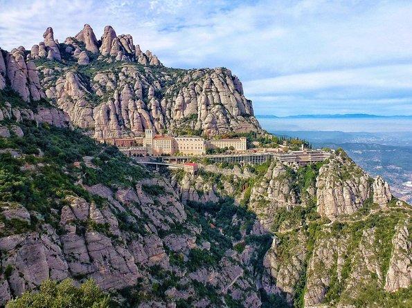 Offre spéciale Barcelone: visite touristique avec téléphérique pour Montjuic et excursion à Montserrat