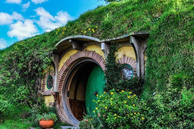 Hobbiton Movie Set and Waitomo Glowworm Caves Small-Group Day Tour From Rotorua