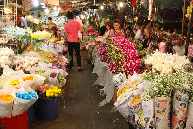 Experience Typical Bangkok at Night including Streetfood Dinner & Foot Massage