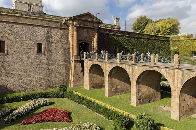 Barcelona Old Town & Sky Views: Montjuic Castle visit & Cable Car in Small Group