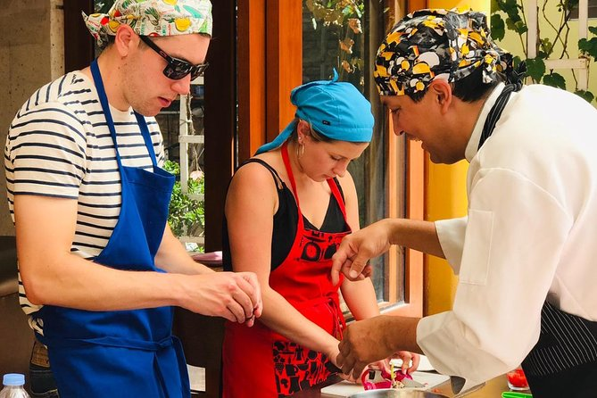 Peruvian cooking class + PiscoSour class + visit the local market *Whatsapp for more información
