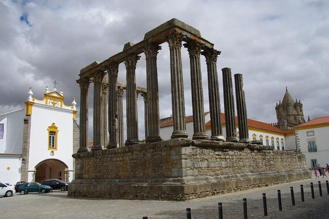 Private excursion for 1 to 8 people: the city of Évora and its monuments