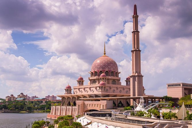 Putrajaya Tours with Perahu Dondang Sayang from Kuala Lumpur