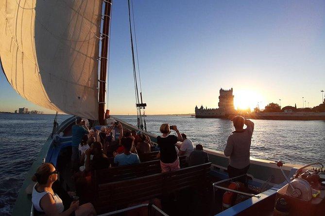 Cruzeiro pelo rio Tejo ao pôr do sol em Lisboa
