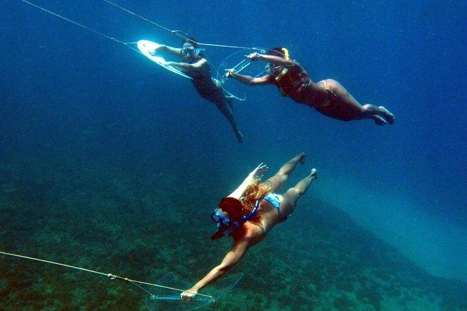 Barco subaquático pedindo carona com almoço de churrasco