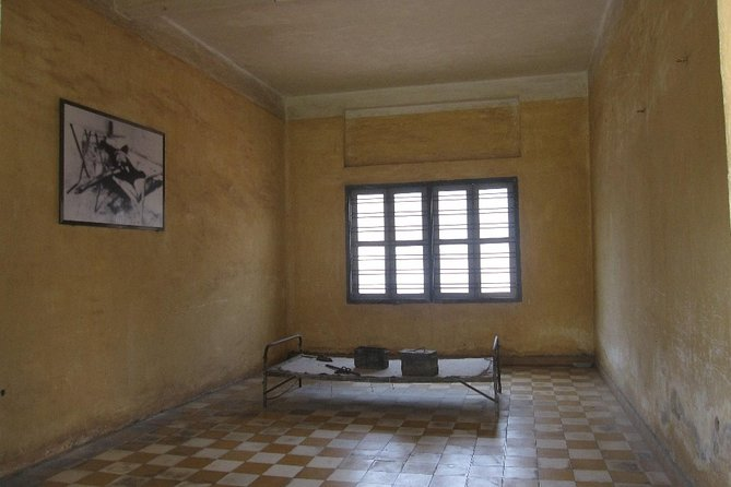 Historical Phnom Penh Small-Group Tour, including Genocide Museum and Killing Fields