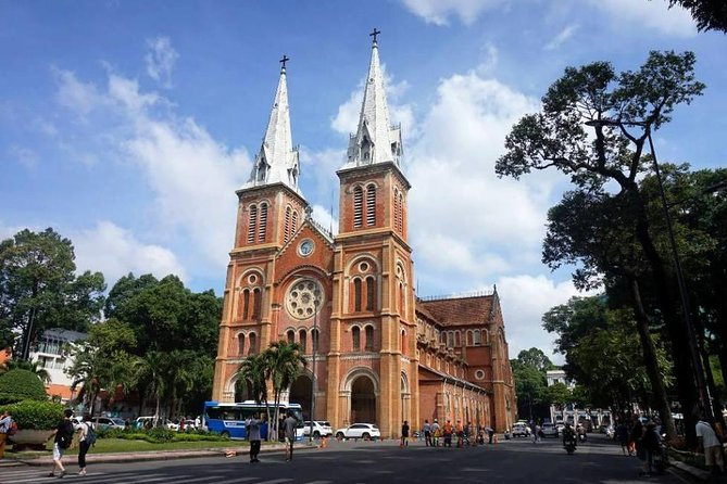 Discover Saigon Main Sights by Walking