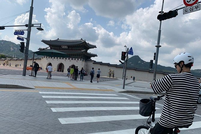 3 Hours Central Seoul Riding Tour with E-Bikes photo 1
