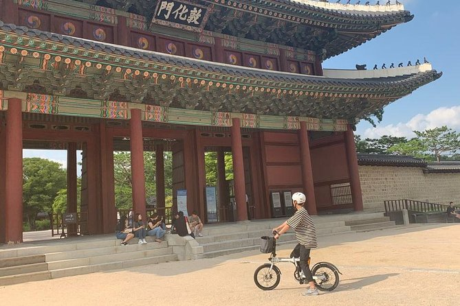3 Hours Central Seoul Riding Tour with E-Bikes photo 4