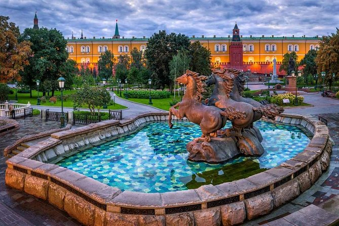 Private tour: Highlights of Central Moscow with Kremlin, Metro and River Cruise