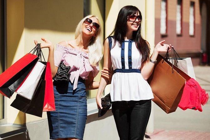 プラダとファッションアウトレットモールを訪れるフィレンツェショッピングツアー