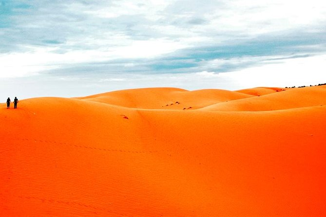 Thrilling Red Dune Desert Safari with 45 Minutes Dune Bashing and BBQ Dinner
