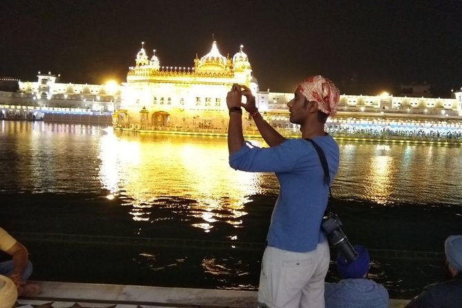 GUESTS ENJOYING THEIR TIME ON GOLDEN TEMPLE WALKING TOUR.