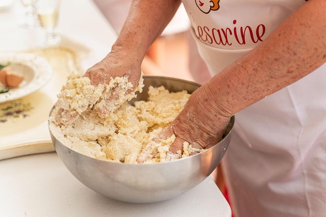 Private Pizza & Tiramisu Masterclass at a Cesarina's home with tasting in Gubbio