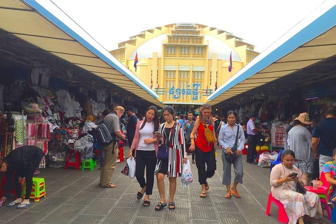 Phnom Penh: Evening Street Food and Market Tour with a Local