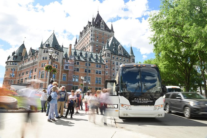 Boarding of the tour at Place d'Armes