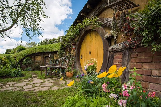 Private Luxury Tour From Auckland to Hobbiton Movie Set and Rotorua for couples