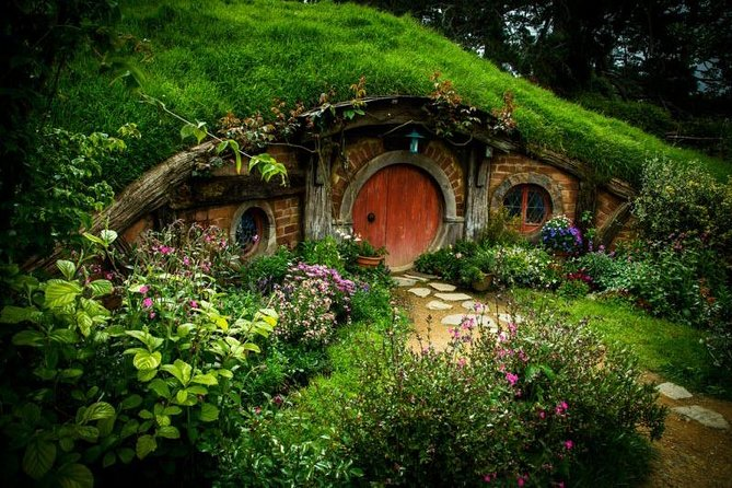 Small group tour from Auckland to Hobbiton Movie Set & Rotorua in a luxury Van