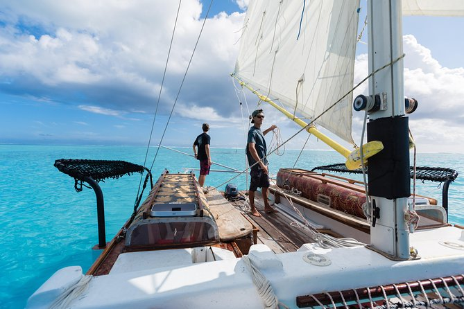Sailing initiation and lagoon discovery with a self-crafted canoe