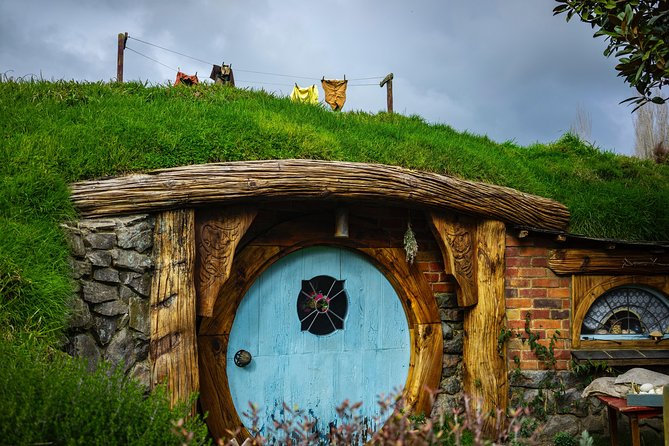 Hobbiton Movie Set,Waitomo Glowworm cave & Rotorua in a Small Group Tour.
