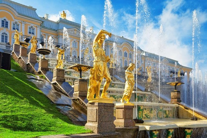 1-Day Visa-Free GROUP Tour in St Petersburg with Hermitage and Peterhof