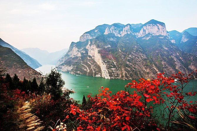 Pass through Wu Gorge to view Autumn Leaves
