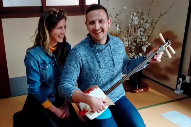 "Learn Japanese guitar ""Shamisen"""