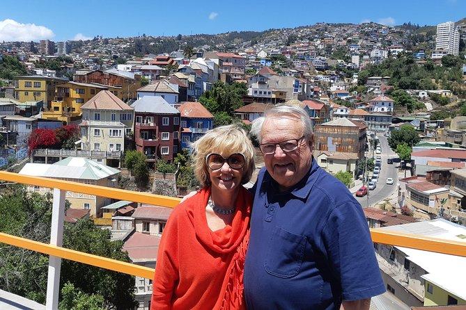 Small group transfer from Valparaiso to Santiago + Valparaíso tour +1 Winery
