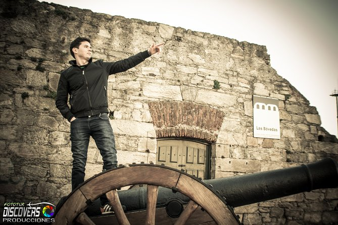 Pose in Curious Photo Tour in Old City with Multilingual Languageguide
