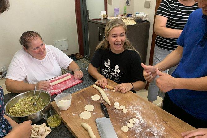 Dumpling lección de cocina en la familia local