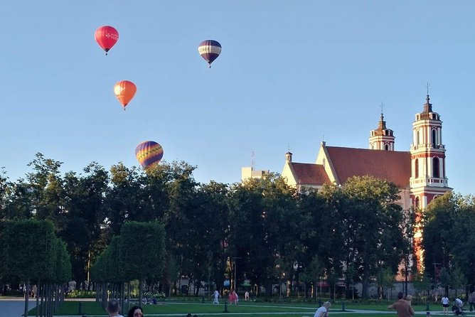 Contrast-full Vilnius. Old Town, New town, Parks. By car and walking tour