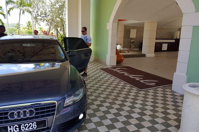 International Airport (UVF) Luxury Transfers to All Sandals Resorts (Roundtrip)