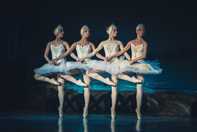 O balé do lago dos cisnes no teatro Mariinsky