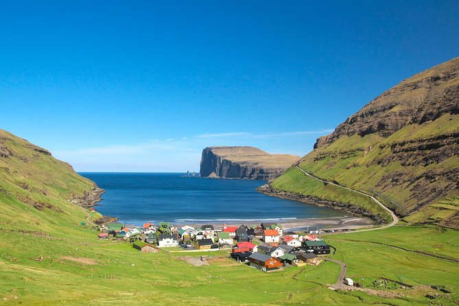 Hike Slættaratindur with a detour to Tjørnuvík and Gjógv